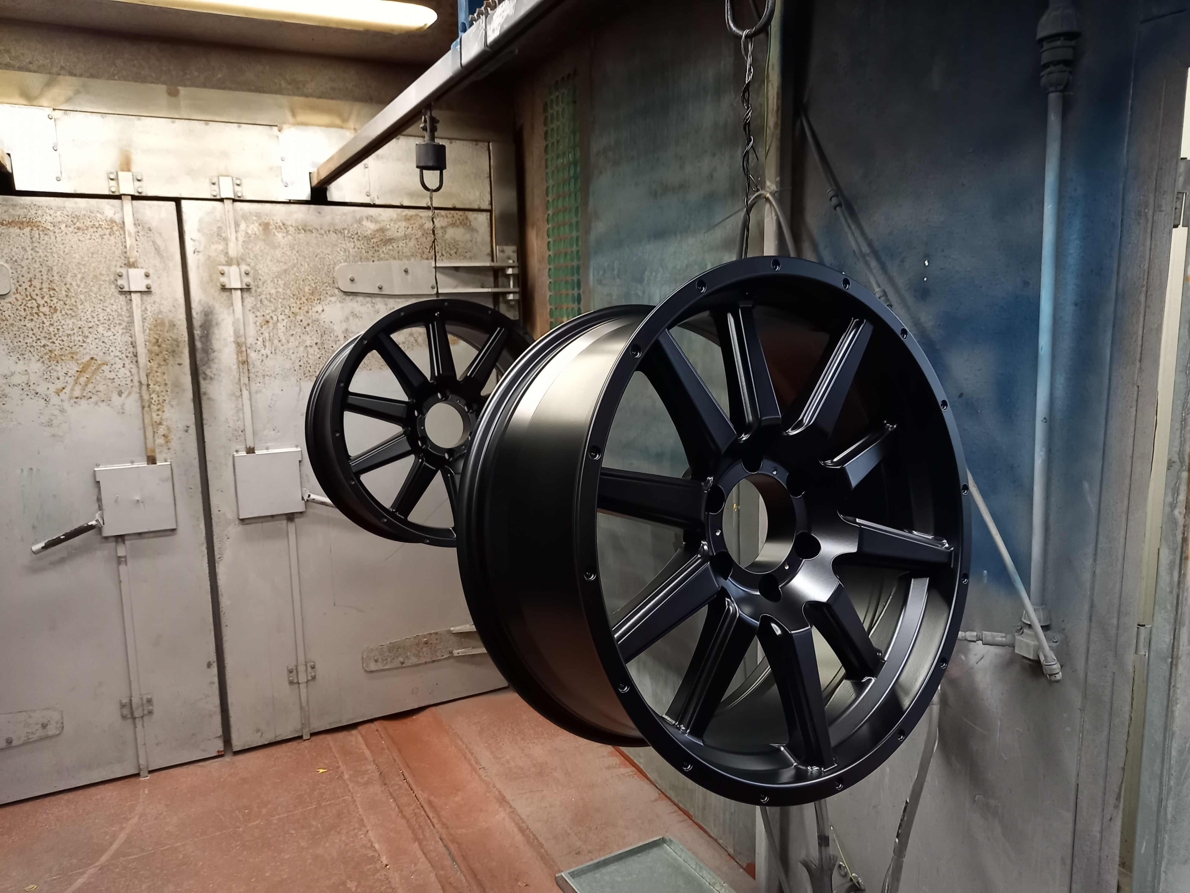 At Mario's Wheel Repairs, we don't just paint the face of the wheel - we also do the powder coating, both the internal and the external part, just like the original factory process.